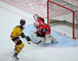 22.11.2016, Albert Schultz Halle, Wien, AUT, EBEL, UPC Vienna Capitals vs HC Orli Znojmo, 22. Runde, im Bild Ali Wukovits (UPC Vienna Capitals) und Marek Schwarz (HC Orli Znojmo) // during the Erste Bank Icehockey League 22nd Round match between UPC Vienna Capitals and HC Orli Znojmo at the Albert Schultz Ice Arena, Vienna, Austria on 2016/11/22. EXPA Pictures © 2016, PhotoCredit: EXPA/ Thomas Haumer