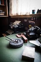 Två pipor vilar i en däckformad askkopp på skrivbordet i kontoret som ser ut att ha övergivits i början av 1960-talet.