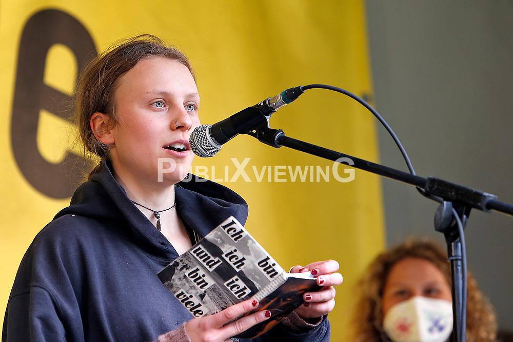 Wenige Tage nach Bekanntwerden des Umstands, dass der Salzstock im Wendland nicht weiter auf die Eignung als Atommülllager erkundet werden soll, feiern Atomkraftgegner das Aus für Gorleben nach 43 Jahren des Widerstands. Im Bild: Karla Donath, Fridays for Future Wendland<br /> <br /> Ort: Gorleben<br /> Copyright: Karin Behr<br /> Quelle: PubliXviewinG
