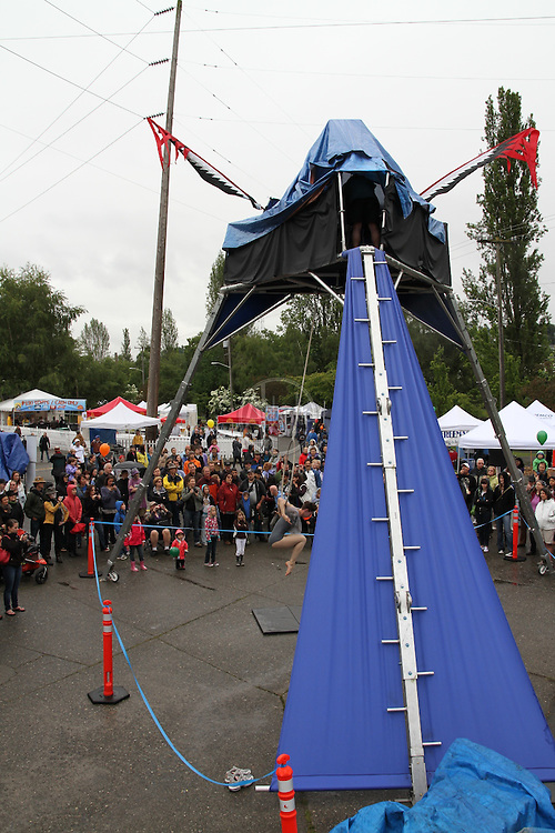 Cabiri Performance Troupe aerial dance on Daedalus at the 2010 Fremont Fair.