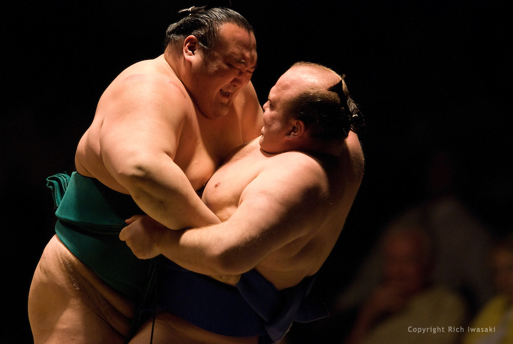 Iwakiyama (left) and Hakurozan compete in the first round of Day 2 of Grand Sumo Tournament Los Angeles 2008, Los Angeles Sports Arena, Los Angeles, California