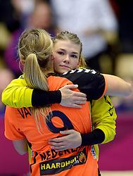 20-12-2015 DEN: World Championships Handball 2015 Nederland - Noorwegen, Herning<br /> De Nederlandse handbalsters streden zondagmiddag om de wereldtitel handbal. Er moest worden afgerekend met Noorwegen, maar de regerend olympisch en Europees kampioen was te sterk: 23-31 / Een teleurgestelde Tess Wester #33, Sanne van Olphen #9
