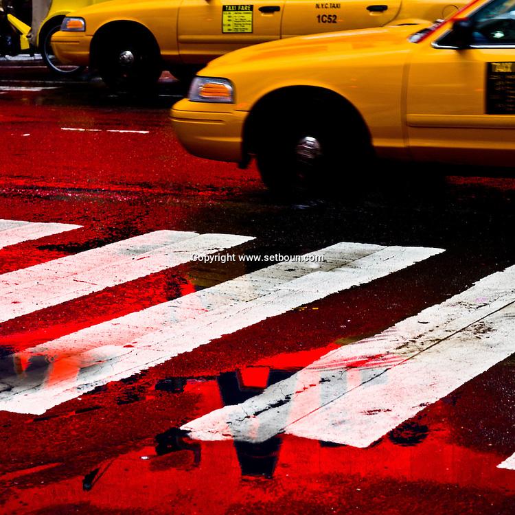 New York, Times square under the rain. yellow cab ,in a strange red light / Times square  sous la pluie, devant la bank of america    New york