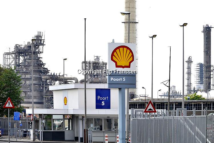 Nederland, Rotterdam, 12-5-2017Olietanks op het terrein van de raffinaderij van Shell bij Pernis.Foto: Flip Franssen