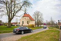 DEU, Deutschland, Germany, Meseberg/Gransee, 11.04.2018: Dienstwagen mit den Bundesministern fahren zur Klausurtagung des Bundeskabinetts im Schloss Meseberg. Im Hintergrund die Dorfkirche von Meseberg.
