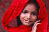 """Pakistan - Hijra, les demi-femmes du Pakistan - Hina 10 ans est née dans les environs d'Harappa. Elle travaille depuis deux ans. Son """"oncle"""" l'a emmené avec lui dans un cirque. Elle envoi l'argent à sa mère et espère être danseuse. Elle n'a jamais été à l'école. // Pakistan, Hijra - Half woman of Pakistan. Hina, 10 years old born near Harappa (Punjab). She work with Hijra Hijrasince 2 years. Her """"uncle"""" took her along with him in a circus. She sending the money to her mother and hopes to be a dancer. She never was at the school."""