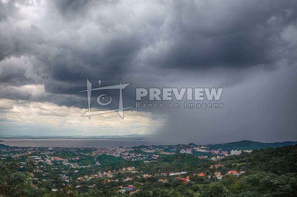 Nuvem de chuva chegando em Porto Alegre, momentos antes do temporal que atingiu a cidade. O Instituto Nacional Meteorologia (Inmet) registrou o acúmulo de 14 mm de chuva, o equivalente a 15% da média mensal. Há registro de pontos de alagamento pela cidade e 7mil pessoas sem luz. FOTO: Jefferson Bernardes/ Agência Preview