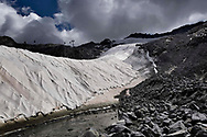 Vista sul ghiacciaio del Presena ricoperto interamente da teloni protettivi per proteggerlo dalle alte temperature. La ditta che si occupa della copertura è anche la proprietaria dell'impianto sciistico situato sul ghiacciaio. Trentino, Agosto 2020