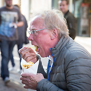 NLD/Amsterdam/20160531 - Première 'Elle', Jack Spijkerman eet een frietje