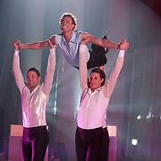 NLD/Ede/20110415 - Finale Sterren Dansen op het IJs 2011, Michael Boogerd wordt in de lucht gedragen door schaatsers van Holiday on Ice