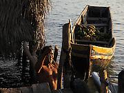 The Kuna man and the bananas / comarca de Guna Yala, Panamá.