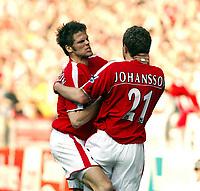 Fotball<br /> Premier League 2004/05<br /> Charlton v West Bromwich<br /> 19. mars 2005<br /> Foto: Digitalsport<br /> NORWAY ONLY<br /> Hermann Hreidarsson celebrates with goalscorer Jonatan Johansson