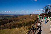 Araxa_MG, Brasil...Pessoas olhando a paisagem no Horizonte Perdido em Araxa...People looking for the landscape in Horizonte Perdido in Araxa...Foto: MARCUS DESIMONI / NITRO