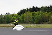 Teamlid David Wielemaker probeert de VeloX4 nog op te vangen als de fiets valt. In Soesterberg test het Human Power Team Delft en Amsterdam (HPT) voor het eerst met de nieuwe fiets, de VeloX4. Op de voormalige vliegbasis legt de recordfiets de eerste meters af. In september wil het HPT, dat bestaat uit studenten van de TU Delft en de VU Amsterdam, een poging doen het wereldrecord snelfietsen te verbreken, dat nu op 133,8 km/h staat tijdens de World Human Powered Speed Challenge.<br /> <br /> In Soesterberg the Human Power Team Delft and Amsterdam (HPT) tests their newest bike, the VeloX4. On the track of the former military airport the bike rides its first meters. With the special recumbent bike the HPT, consisting of students of the TU Delft and the VU Amsterdam, also wants to set a new world record cycling in September at the World Human Powered Speed Challenge. The current speed record is 133,8 km/h.Nederland, Soesterberg, 08-05-2014