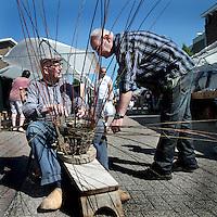 Nederland, Stein. 15 mei 2015.<br /> In Oud-Stein vindt de jaarlijkse Meimarkt plaats. De marktkramen en promotiestands zijn te vinden in de Valderstraat – Kruisstraat (gedeeltelijk) – Wilhelminaplein en Havenstraat. Daarnaast zijn er ook allerlei kinderactiviteiten.<br /> Op de foto: een ouderwetse mandenmaker op de meimarkt.<br /> <br /> <br /> <br /> Foto: Jean-Pierre Jans