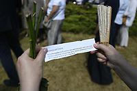 Jedwabne, woj podlaskie, 11.07.2021. Obchody 80. rocznicy mordu na Zydach w Jedwabnem. Ze wzgledu na przypadajacy w sobote (10.07) szabat (zabronione jest m.in podrozowanie w czasie szabatu), obchody zostaly przesuniete na niedziele (11.07). W tym roku, z powodu pandemii koronawirusa, nie bylo oficjalnej uroczystosci. Przedstawiciele Zarzadu Gminy Wyznaniowej Zydowskiej w Warszawie i Czlonkowie Gminy oraz Naczelny Rabin Polski modlili sie indywidualnie za ofiary zbrodni. 10 lipca 1941 roku z rak polskich sasiadow zginelo co najmniej 340 osob narodowosci zydowskiej , ktore zostaly zywcem spalone w stodole. W 2001 r zostal odsloniety pomnik, przy ktorym co roku odbywaja sie uroczystosci upamietniajace te zbrodnie. N/z odczytywanie nazwisk pomorodowanych fot Michal Kosc / AGENCJA WSCHOD