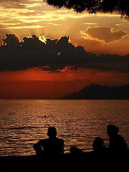 THEMENBILD - Sonnenuntergang über der Adria, aufgenommen am 9. Juni 2015 in Makarska, Kroatien, Hier im Bild Strandbesucher geniesen die letzten Sonnenstrahlen // Enchanting sunset over the Adriatic Sea in Makarska, Croatia on 2015/06/08. EXPA Pictures © 2015, PhotoCredit: EXPA/ Pixsell/ Toni Katic<br /> <br /> *****ATTENTION - for AUT, SLO, SUI, SWE, ITA, FRA only*****