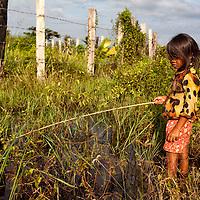 During the dry season i saw many children fishing in the flooded rice fields, athough the monsoon season is considered to be the best time for rice field fishing.