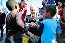 José Fortunati com os primos Iago e Gustavo da torcida do Ajax, time da Vila Tronco, na zona sul da Capital. FOTO: Jefferson Bernardes/Preview.com