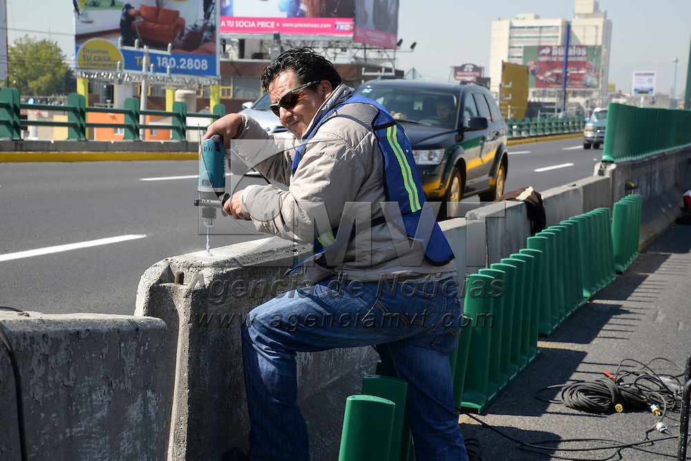 Toluca, México.- Trabajadores instalan barreras antireflejantes en los puentes de Paseo Tollocan, a partir de las Torres Bicentenario serán 5 kilómetros los que cuenten con estas barreras, como una forma de evitar accidentes en esta zona. Agencia MVT / Crisanta Espinosa