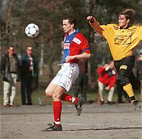 99042710: André Weik Jensen, først på ballen i duell med Lillestrøm-spiller, på grusen ved Skedsmohallen, 24. april 1999. (Foto: Peter Tubaas)