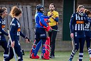 BILTHOVEN -  Hoofdklasse competitiewedstrijd dames, SCHC v hdm, seizoen 2020-2021.<br /> Foto: Keeper Alexandra Heerbaart (SCHC) gaat discussie aan met de scheidsrechter