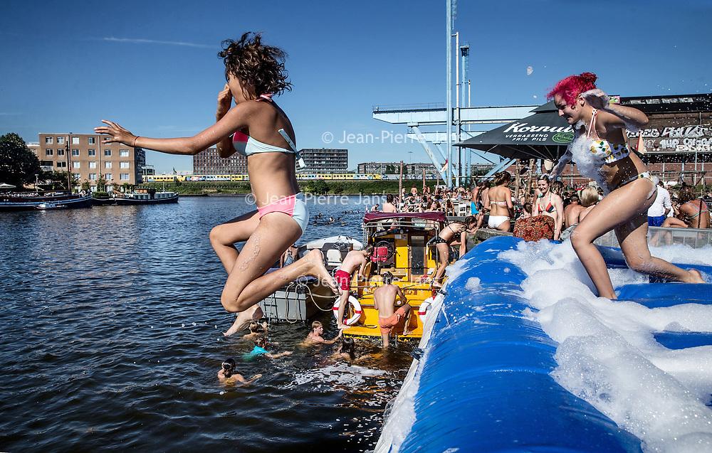 Nederland, Amsterdam, 24 augustus 2016.<br />Zomer in de stad.<br />Zomerse pret bij het strandje en terras van Amsterdam Roest op Jacob Bontiusplaats.<br /><br /><br /><br />Foto: Jean-Pierre Jans