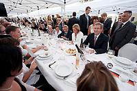 20 AUG 2010, BERLIN/GERMANY:<br /> Christian Wulff (Mi-R), Bundespaesident, und seine Gattin Bettina Wulff (Mi-R), im GEspraech mit Buergern, Tafel der Demokratie, Pariser Platz<br /> IMAGE: 20100820-02-041<br /> KEYWORDS: Buerger, Bürger