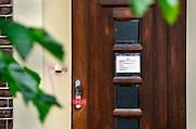 Duitsland, Germany, Deutschland, Bracht, 3-8-2016 De gesloten praktijk, privaat ziekenhuis, Klaus Ross Center waar een Nederlandse kankerpatient plotseling overleed. Een van de ramen was niet geblindeerd en gaf inkijk in een lege patientenkamer. Het pand ligt midden in het dorp aan een pleintje. De bovenverdieping wordt bewoond . De alternatieve kankerkliniek werkte op basis van biologische medicijnen . De behandeld arts was een natuurgenezer, heilpraktiker Foto: Flip Franssen