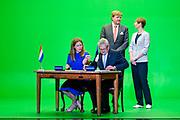 Koning Willem Alexander brengt een staatsbezoek aan de Republiek Estland. ///  King Willem Alexander makes a state visit to the Republic of Estonia.<br /> <br /> Op de foto / On the photo: Koning Willem Alexander en president Kersti Kaljulaid BIJ Themasessie Agro - Innovatie op de Telliskivi Creative City, the Club of Different Rooms met ondertekenen MoU  ////  King Willem Alexander and President Kersti Kaljulaid AT Thematic Session Agro - Innovation at the Telliskivi Creative City, the Club of Different Rooms with MoU signing