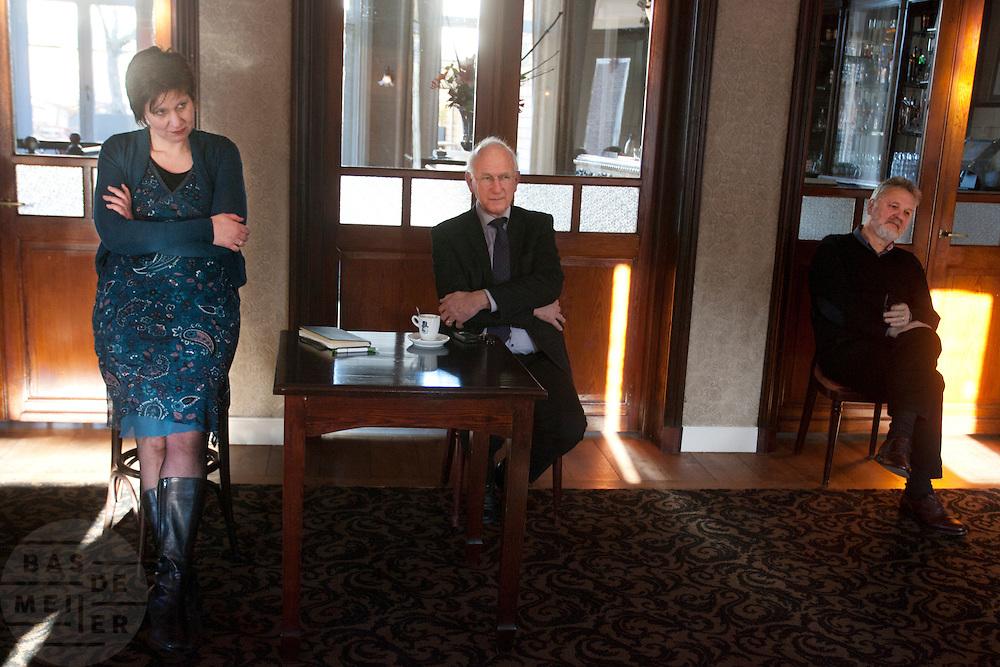 Ruth Peetoom (links) praat in een grand cafe in Heerenveen met leden van het CDA. Ze bezoekt de provincie Flevoland en Heerenveen tijdens haar campagne als kandidaat-voorzitter van het CDA. Peetoom wil weten wat de CDA leden willen en haar verhaal vertellen, zodat de leden weten op wie ze kunnen stemmen