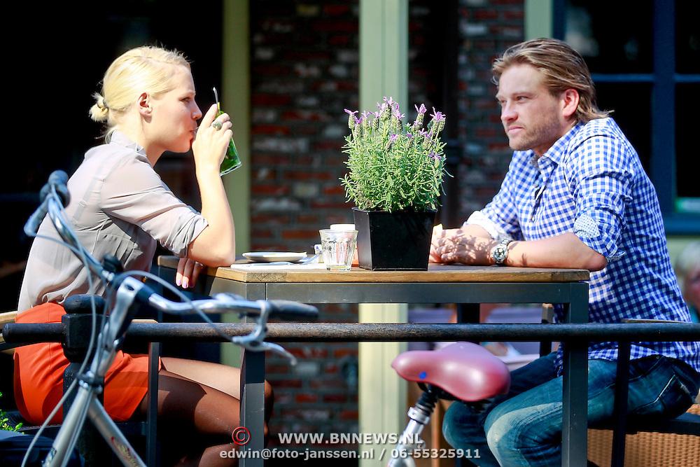 NLD/Laren/20110903 - Ferry Somogyi en partner op een terras aan het lunchen