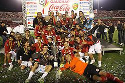 A equipe do S.C. Internacional comemor a conquista da taça Farroupilha, após vencer o Grêmio no Estadio Beira Rio em Porto Alegre. FOTO: Jefferson Bernardes/Preview.com