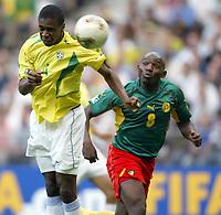 FOOTBALL - CONFEDERATIONS CUP 2003 - GROUP B - 030619 - BRASIL v KAMERUN - JUAN (BRA) / GEREMI (CAM) - PHOTO GUY JEFFROY /  DIGITALSPORT