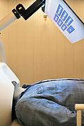 Nederland, Nijmegen, 31-10-2016Bij het FC Donderscentrum van de Radboud universiteit wordt onderzoek gedaan naar de werking van het brein, en processen die zich in de hersenen afspelen. Cognitieve neuroscience. Hierbij wordt samengewerkt door het FC Donderscentrum, het NICI, het umcn en het NCMLS. Een van de doelen is meer inzicht te krijgen in de ziekte van Parkinson. In de MEG scanner wordt de magnetische activiteit gemeten die door prikkeloverdracht in de neuronen binnen de hersenen tot stand komt.Publicatie geen probleem, persoon is medewerker en heeft toestemming voor publicatie gegeven.Foto: Flip Franssen