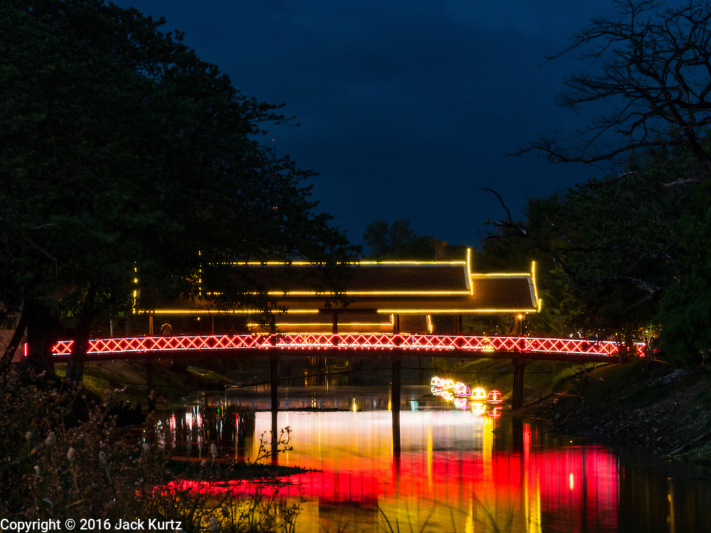 31 MAY 2016 - SIEM REAP, CAMBODIA: A pedestrian footbridge over the Siem Reap River leads to a tourists' art and night market. Siem Reap, and the ruins of Angkor Wat, is the center of Cambodia's growing tourist industry.    PHOTO BY JACK KURTZ