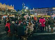 Tłumy ludzi na świątecznym kiermaszu na Rynku Głównym w Krakowie, Polska<br /> Crowds of people at a festive fair in the Main Market Square in Krakow, Poland