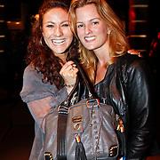NLD/Amsterdam/20101013 -Tassenveiling Jurgen Hoskens voor Bagsac en Sandra Reemer Foundation, Jessica Mendels en vriendin