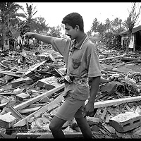 Galle , Sri Lanka 3 January 2005<br /> A man walks among the wreckage of collapsed houses in the district of Galle, south of the country.<br /> Photo: Ezequiel Scagnetti