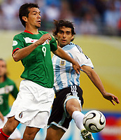 v.l. Jared Borgetti, Roberto Ayala Argentinien<br /> Fussball WM 2006 Achtelfinale Argentinien - Mexiko<br />  Argentina - Mexico<br /> Norway only