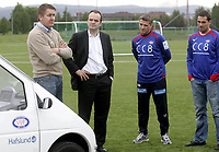Fotball<br /> 21.05.08<br /> Valle Vallhall<br /> Vålerenga VIF<br /> Hafslund utfordrer Vålerenga VIF på miljø og overrekker en el-bil til klubben - Kick off til CC8<br /> <br /> Bilen blir overrakt dirketør Pål Breen av konsernsjef Christian Berg med trener Tor Ole Skullerud og manager Martin Andresen som tilskuere<br /> Foto - Kasper Wikestad