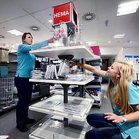 Nederland, Amsterdam , 8 januari 2013.<br /> In de HEMA (hier op de Nieuwedijk) wordt een nieuw soort winkelschap gevuld en gepresenteerd.<br /> Foto:Jean-Pierre Jans