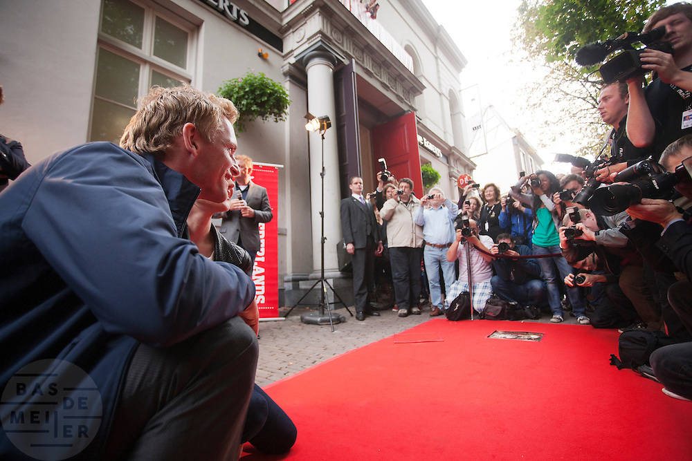 Carice van Houten en Barry Atsma onthullen een tegel met hun handafdruk op de Utrechtse walk of fame aan de Vinkeburgstraat. <br /> <br /> Barry Atsma en Carice van Houten are posing for the photographers. Actors Carice van Houten and Barry Atsma have uncovered their golden tile with their handprint on the walk of fame in Utrecht.