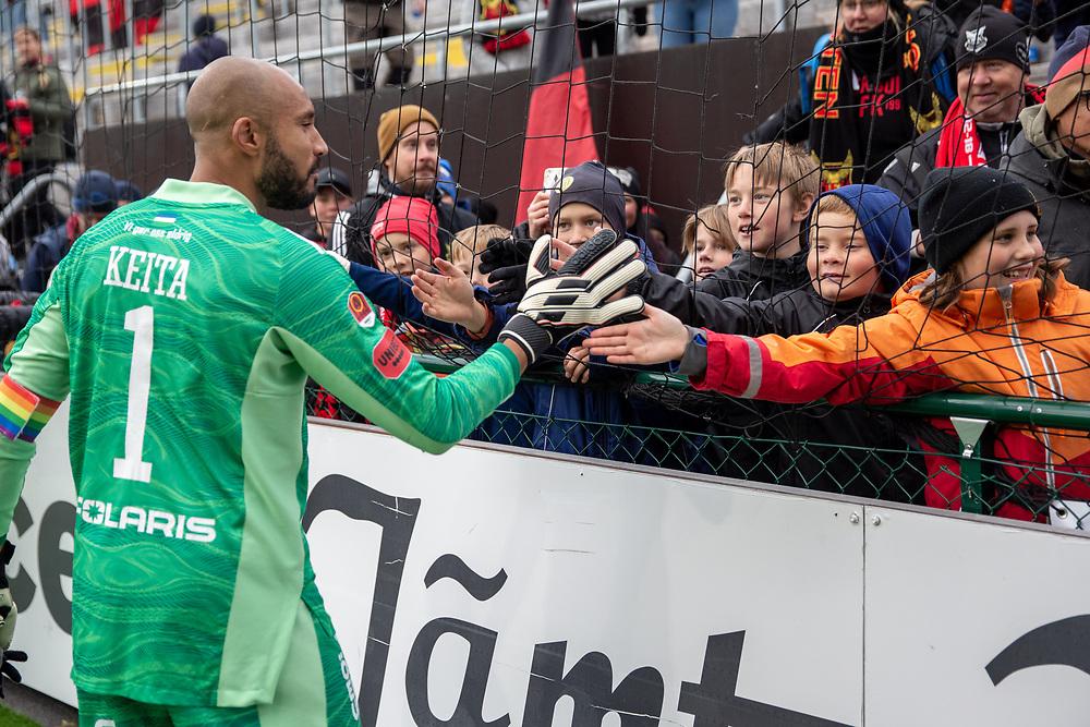 ÖSTERSUND 20210919<br /> Östersunds målvakt Aly Keita  tackar unga fans efter söndagens fotbollsmatch i allsvenskan mellan Östersunds FK och IF Elfsborg på Jämtkraft Arena.<br /> Foto: Per Danielsson / TT / kod 11910