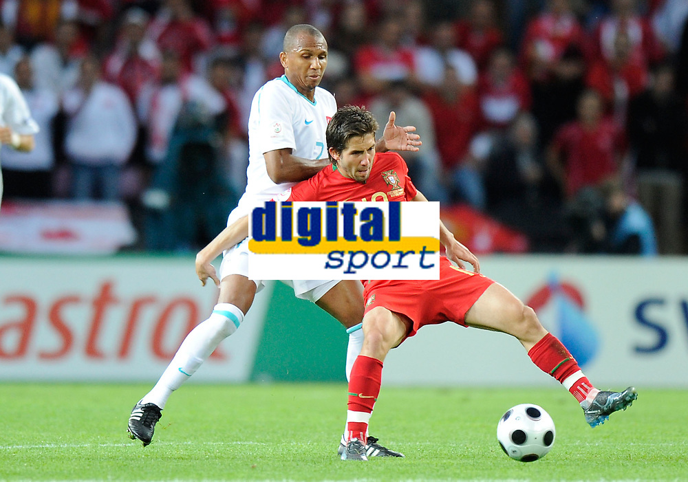 Mehmet Aurelio (TUR) gegen Joao Moutinho (POR). © Werner Schaerer/EQ Images
