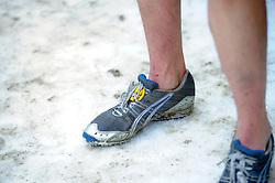31-12-2010 Atletiek: Silvestercross: Soest<br /> Laatste dag van het jaar de Sylvestercross / Andrea Deelstra schoenen kou benen creative illustratief<br /> ©2011-WWW.FOTOHOOGENDOORN.NL
