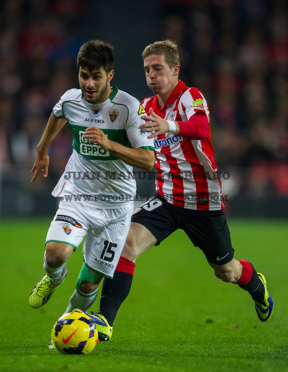 BILBAO, SPAIN - OCTOBER 31: Iker Muniain  Ê(R) ofÊAthletic Club BilbaoÊcompetes for the ball with Carles Gil  (L) of Elche FC during the La Liga match betweenÊAthletic Club BilbaoÊandÊElche FC atÊSan Mames Stadium<br /> on  October 31, 2013 in Bilbao, Spain.  (Photo by Juan Manuel Serrano Arce/Getty Images)