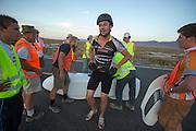 Gareth Hanks stapt uit de Completely Overzealous na zijn race op de vierde racedag van de WHPSC. In de buurt van Battle Mountain, Nevada, strijden van 10 tot en met 15 september 2012 verschillende teams om het wereldrecord fietsen tijdens de World Human Powered Speed Challenge. Het huidige record is 133 km/h.<br /> <br /> Gareth Hanks is getting out the Completely Overzealous after his ride on the fourth day of the WHPSC. Near Battle Mountain, Nevada, several teams are trying to set a new world record cycling at the World Human Powered Vehicle Speed Challenge from Sept. 10th till Sept. 15th. The current record is 133 km/h.