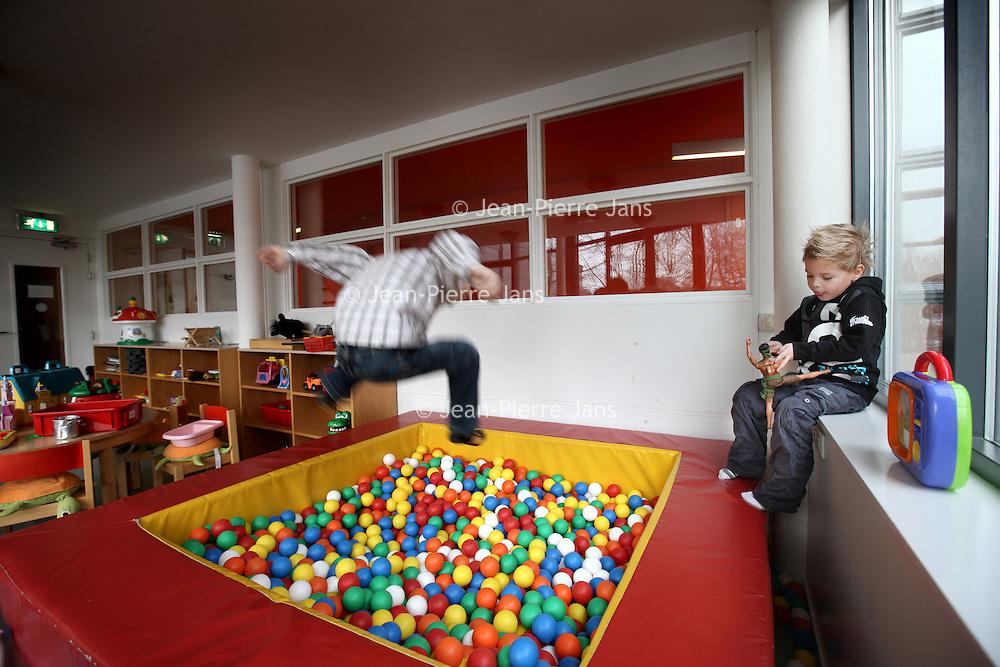 Nederland, Amsterdam , 29 december 2010..Zieke kinderen spelen in de speelruimte van het Ronald McDonaldhuis naast het AMC ziekenhuis..Foto:Jean-Pierre Jans
