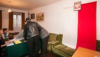 16.11.2014 Krolowy Most woj podlaskie Glosowanie w Obwodowej Komisji Wyborczej nr 9 n/z komisja wyborcza zlokalizowana w mieszkaniu prywatnym fot Michal Kosc / AGENCJA WSCHOD